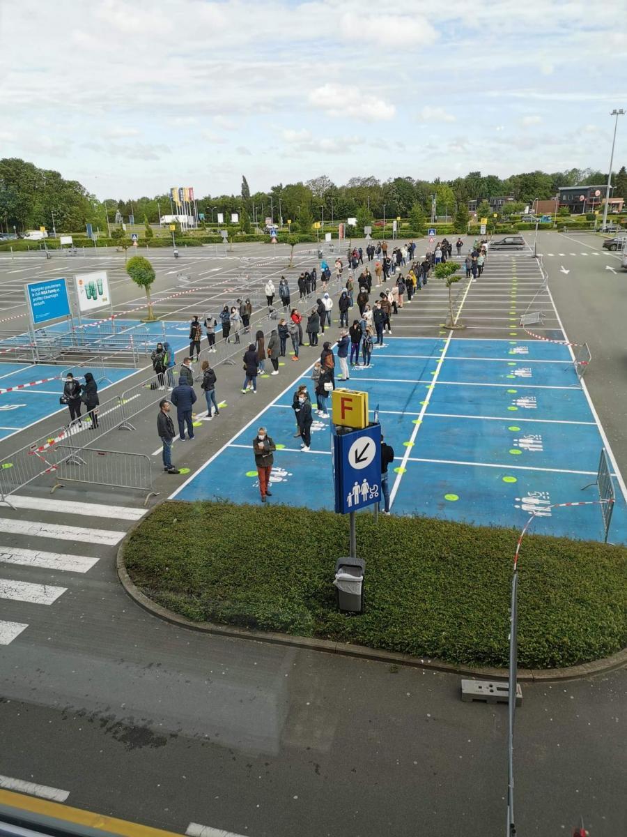 Actualite Actualite Déconfinement partiel: les Belges se ruent vers les magasins, des files impressionnantes devant plusieurs enseignes