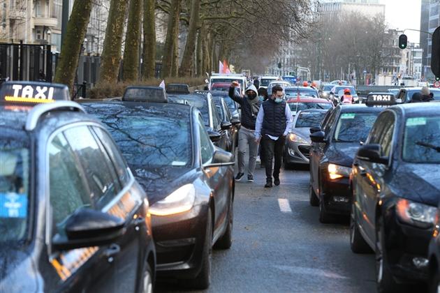 """Actualite Actualite Manifestation contre la mobilité à Bruxelles: """"Contre les nids-de-poule, contre les 100 km/h sur le Ring, contre les contrôles techniques"""