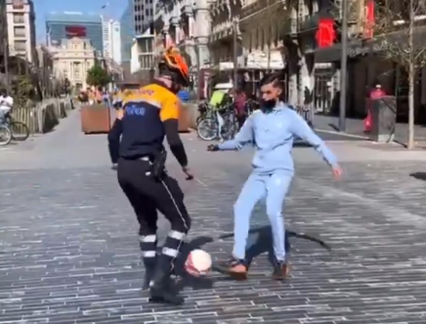 Actualite Actualite Bruxelles: la police joue au foot avec des jeunes et les images deviennent virales (vidéo)